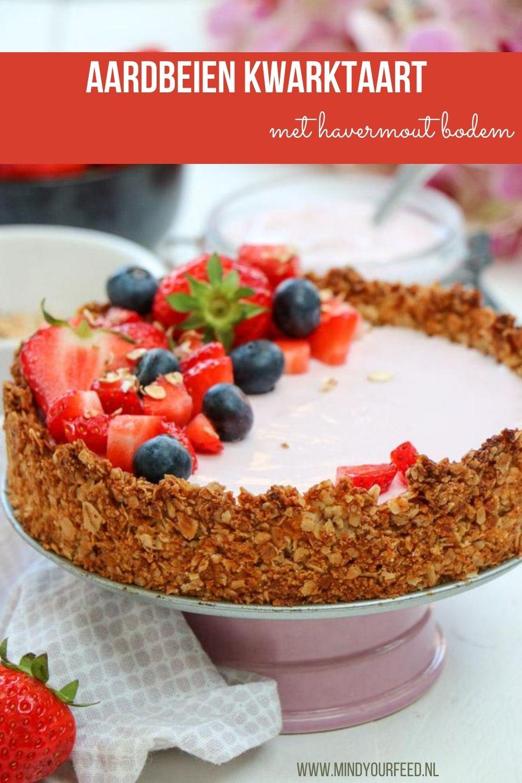 Een aardbeien kwarktaart met een bodem van crunchy havermout, dat is een ontbijtfeestje hoor! Maak met verse aardbeien kwark en genieten maar!