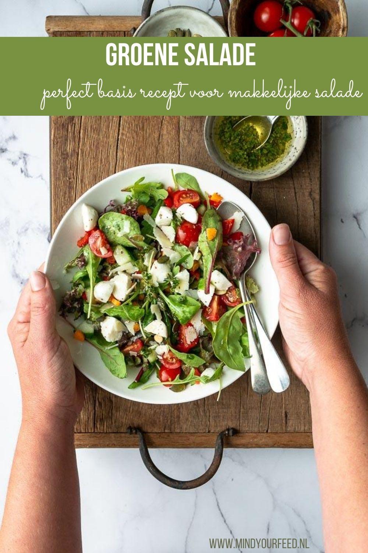 Groene salade. Deze makkelijke salade zet je overal bij op tafel als extra portie groen. De basis is gemengde sla en rauwkost, de dressing maak je natuurlijk zelf. Salade recepten, groene salade, zomerse salade.