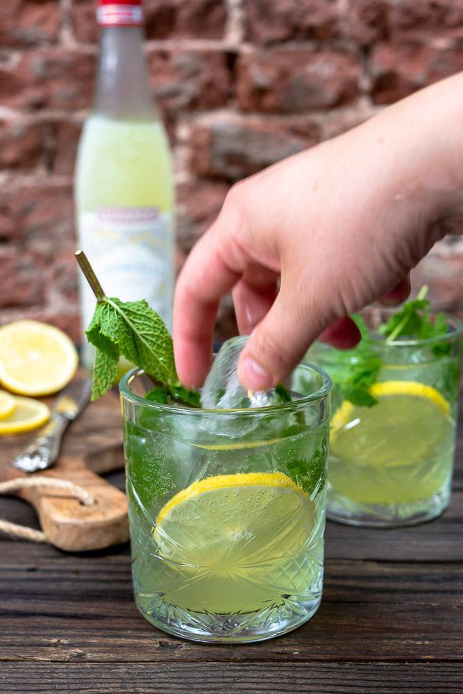 Deze limoncello spritz cocktail is een perfect aperitief om het weekend in te luiden of een feestelijke cocktail op een feestje. Met prosecco en bruiswater. Lekker fris door de citroen en blokjes ijs en een extra touch van een takje munt. Perfect zomer cocktail, Italiaanse cocktail, lekker bij de borrel of als feestelijk drankje bij een feestje.