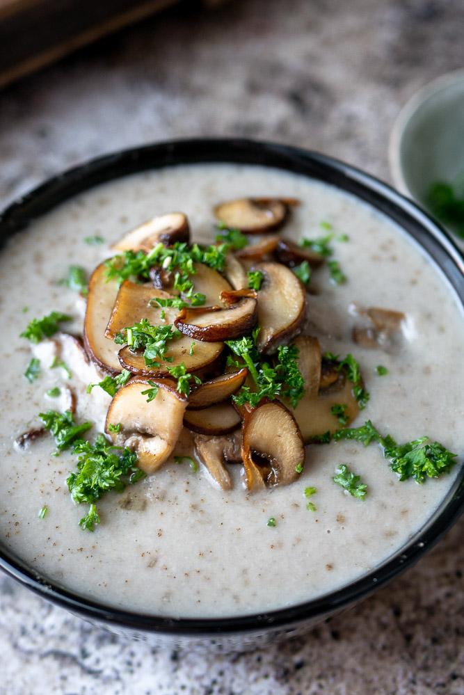 Romige champignonsoep met kastanjechampignons. Zelf champignonsoep maken. Champignonsoep recept.