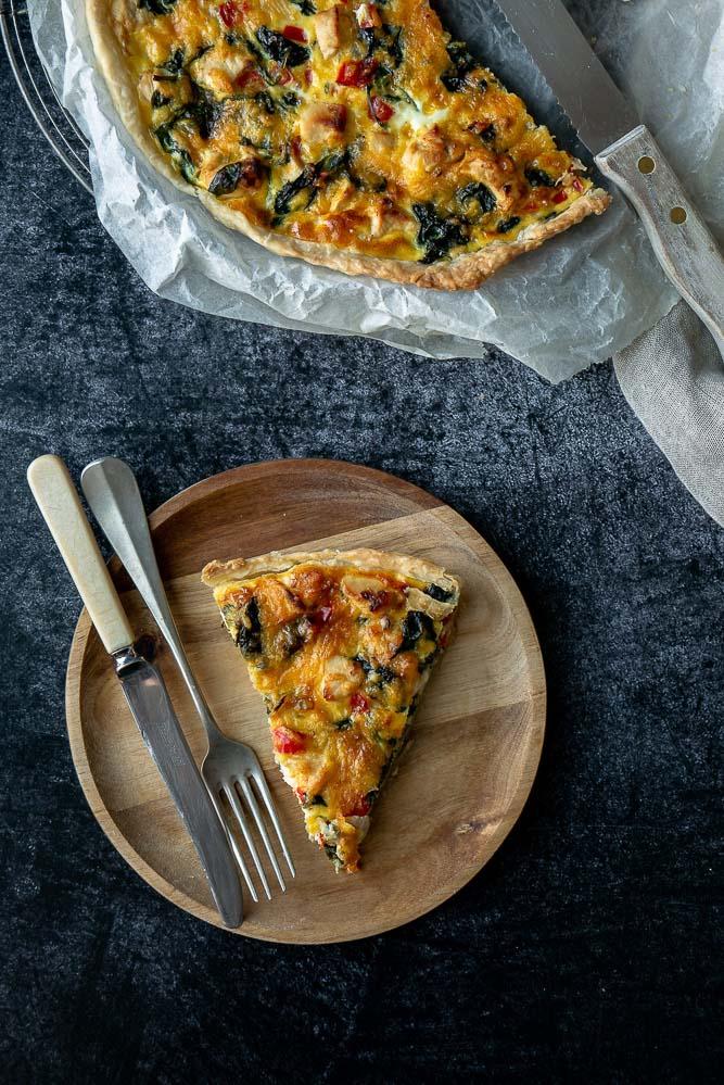 Een quiche met spinazie en kip met paprika en Cheddar kaas. Een hartige taart als complete maaltijd, makkelijke quiche recepten, met kip en spinazie.