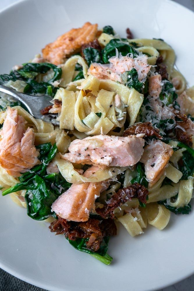 tagliatelle met spinazie en zalm, makkelijk recept voor pasta met zalm, spinazie en roomsaus