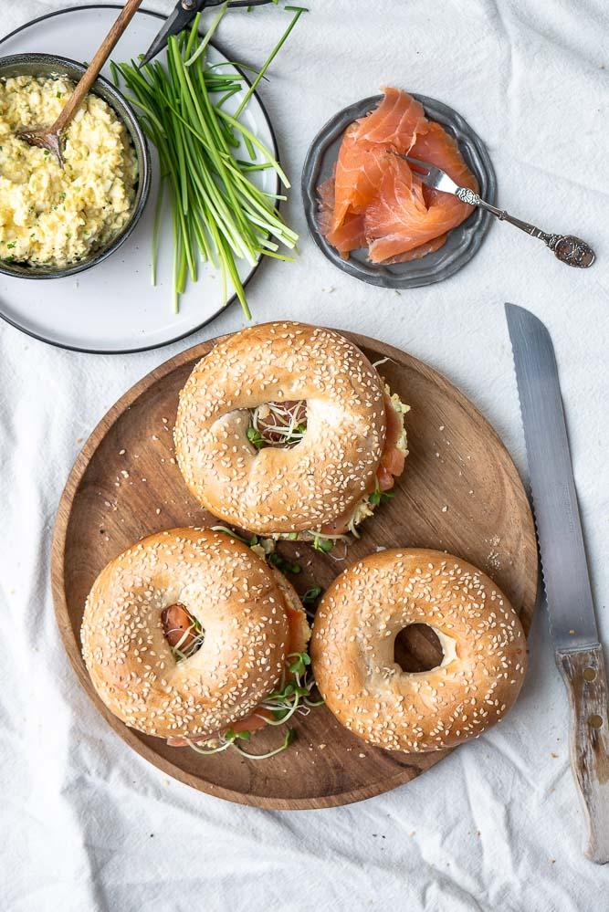 bagels met eiersalade en gerookte zalm, bagel met ei, bagel met zalm, luxe bagel recept