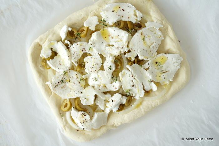 Focaccia met mozzarella, ui en olijven