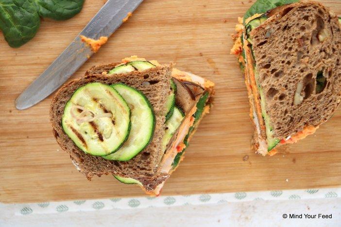 sandwich met kip en gegrilde groenten